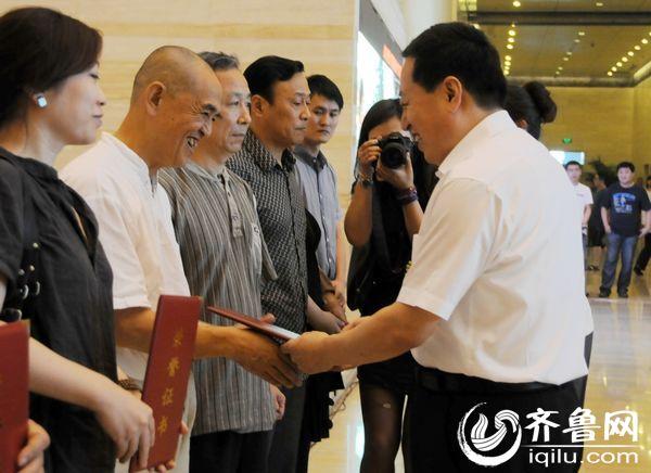 山东省委常委、宣传部长孙守刚为获奖作品作者颁发荣誉证书