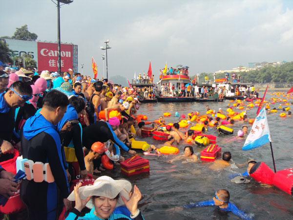 游泳爱好者有序下水 畅游漓江。