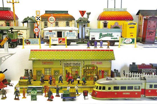 色彩鲜艳的小站和法国国铁SNCF模型