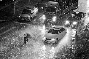 晨报讯(记者 吴婷婷)昨天傍晚突降大雨,给首都机场航班起降带来影响。截至昨日23时许,首都机场航班查询系统显示已有约180架次航班延误,46架次航班取消。