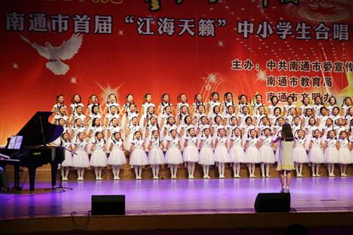 现场,各学校的合唱团精心编排,卖力演出,为现场观众献上了一场异彩图片