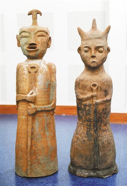大巫师俑(图左为男巫师、图右为女巫师)。 本栏图片均由记者熊明摄