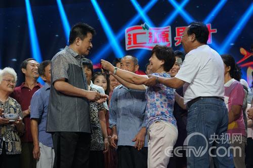 观众代表澳洲粉丝送给老毕一个领结,希望《星光大道》早日举办海外专场。