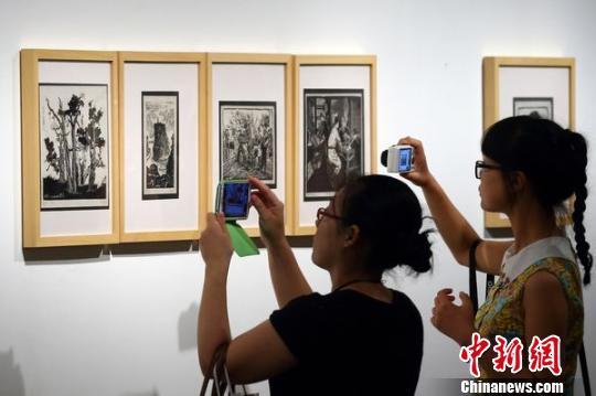 杨涵木刻画吸引众多学生前来欣赏 泱波 摄