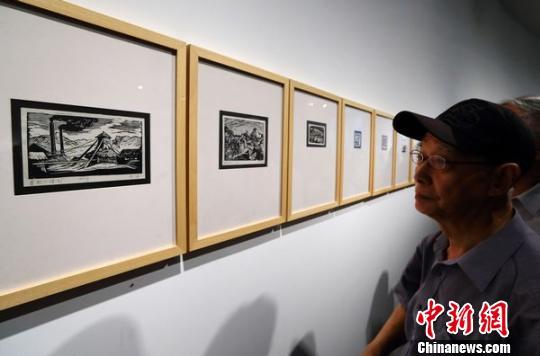 杨涵木刻画吸引老中青艺术家们前来欣赏 泱波 摄