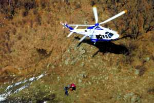 猫耳山大营救刚刚落幕,警用直升机再赴灵山救援迷途驴友。前日下午,回龙观一支由17名居民组成的登山队在门头沟灵山被困。在三架直升机帮助下,经过21小时搜救,成功将17人救下。通讯员 孙立鹏 摄