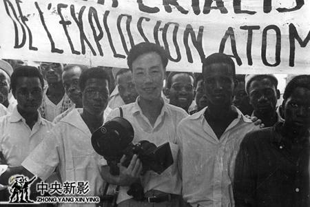 1960年5月,摄影师李振羽在几内亚拍摄群众游行示威的场面。