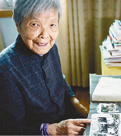 图为龚全珍老人展示家中的老照片。新华社记者 胡晨欢摄
