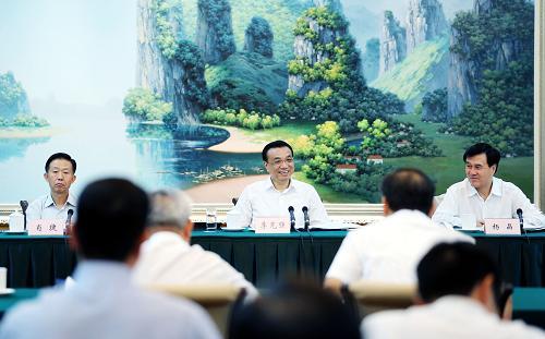 这是9月5日,李克强在南宁参加广西壮族自治区党委领导班子专题民主生活会。记者 姚大伟 摄