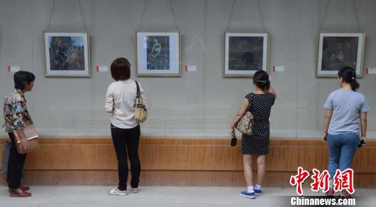 10月10日,150件漆画精品在福州举办的福建省第六届漆画展上亮相,吸引观众眼球。 刘可耕 摄