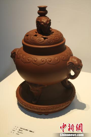 图为现场展出的曹安祥紫砂香炉作品。 中新网记者 杨彦宇 摄