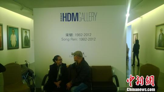 宋韧1982-2012个展现场,宋韧与友人交谈中。 张骏 摄