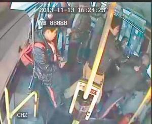 男青年公交车上三拳打倒小学生视频拍下施暴摇控车的视频图片