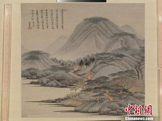 图为展出的王鉴所作《仿范中立山水图轴》