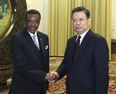 12月25日,中共中央政治局委员、中组部部长赵乐际在北京会见由中央政治局委员、总政委兼政府通讯部长韦伯斯特·沙穆率领的津巴布韦非洲民族联盟——爱国阵线(津民盟)代表团。