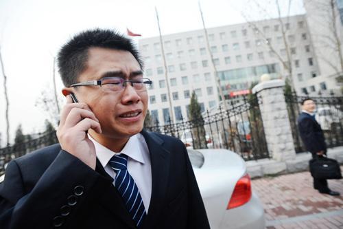 2010年11月20日,2011年辽宁省各级机关和参照公务员法管理单位考试录用公务员(工作人员)面试在沈阳举行。一位考生面试成功,喜极而泣,打电话给家里报喜。