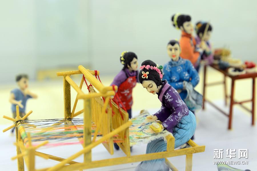 (2)这是在济南市趵突泉公园民俗文化街拍摄的展现乞巧节节庆习俗的面塑(1月6日摄)。