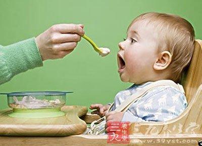 习惯于先将食物放在自己嘴里咀嚼