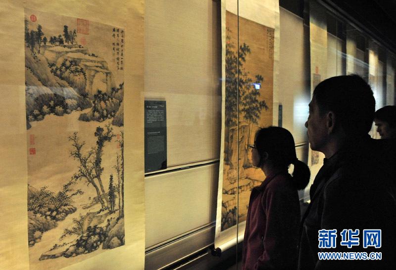 """1月10日,参观者在""""明四大家特展——沈周""""展上欣赏展品。"""