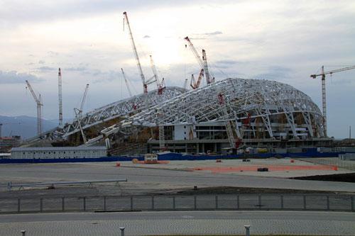 """2013年2月,正在施工中的索契冬奥会开幕式举办地—菲什特""""体育场。"""