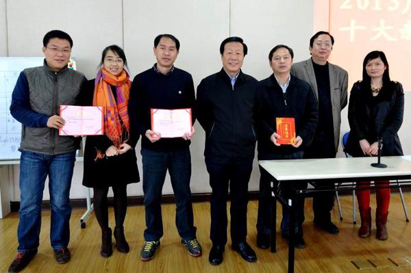 广西壮族自治区旅游局副局长贾玉成、市场处处长程大兴与一等奖作者合影