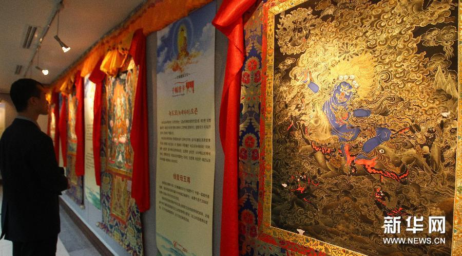 """(1)1月16日,在韩国首尔中国文化中心,观众参观""""中国甘肃省甘南藏族文化唐卡展""""。"""