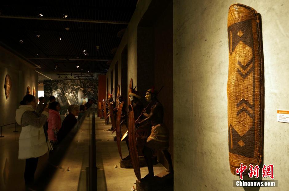 图为市民观赏刚果1880—1920年桑沟族使用的柳条编制盾牌。周小云 摄