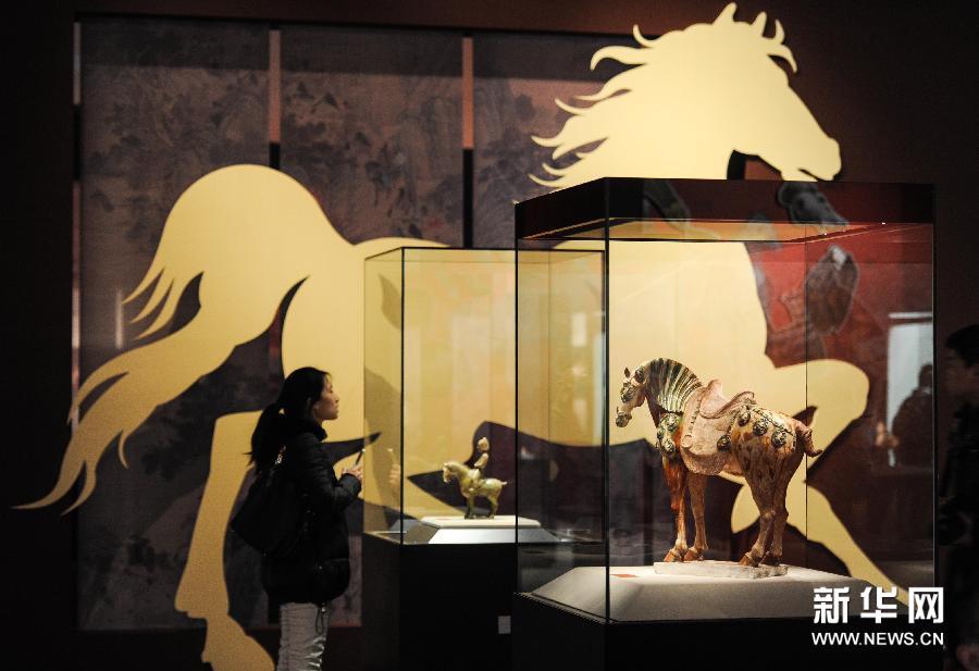 (1)1月23日,观众在首都博物馆观看展览。