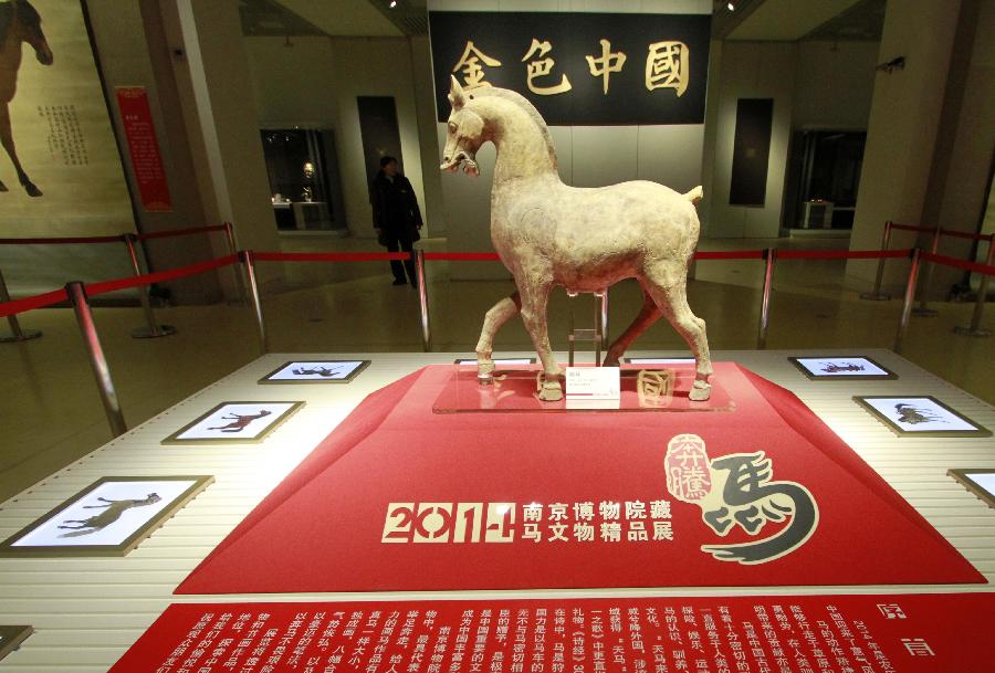 (1)1月22日,参观者在南京博物院特展馆欣赏东汉年间的陶马。