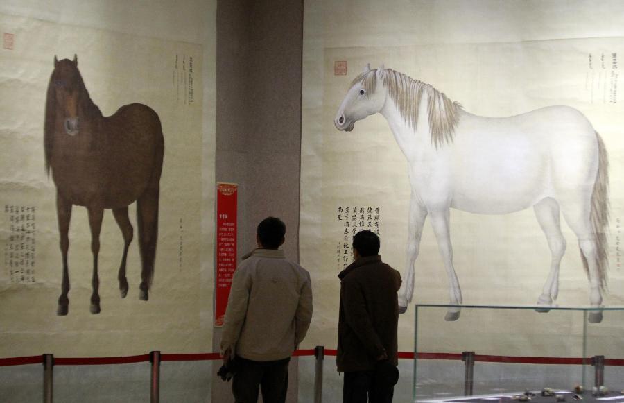 (3)1月22日,参观者在南京博物院特展馆欣赏清代宫廷西洋画师艾启蒙的巨幅画作《八骏图》。