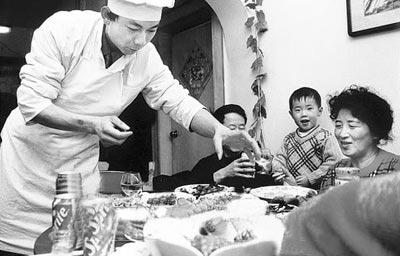 1999年,杭州一饭店厨师被请到家里做年夜饭。
