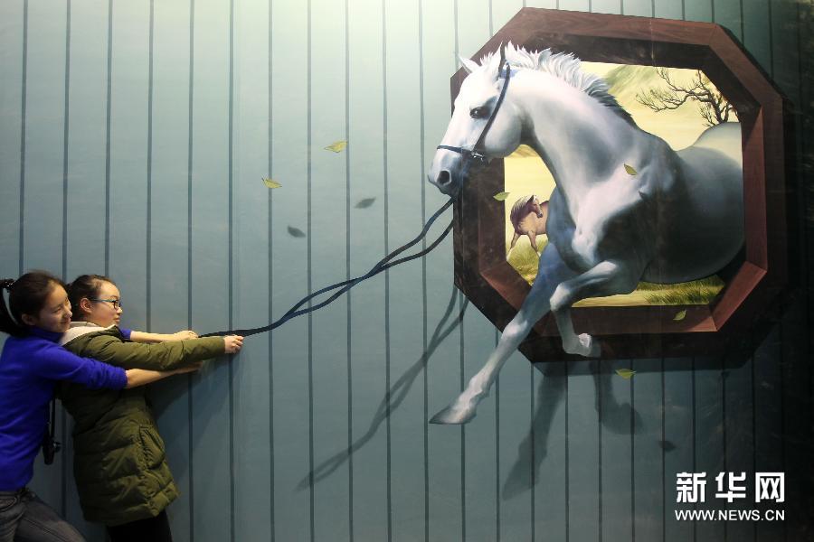(2)1月28日,参观者在南通·1895文化创意产业园与骏马主题的3D画合影。