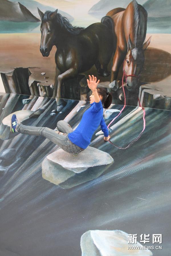 (5)1月28日,参观者在南通·1895文化创意产业园与骏马主题的3D画合影。