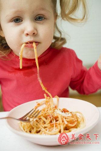 如何培养小儿独立吃饭