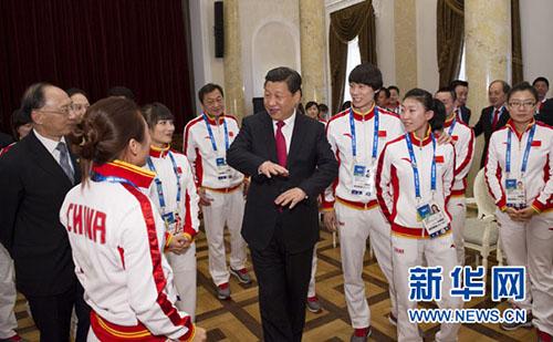 2月7日,中共中央总书记、国家主席、中央军委主席习近平在俄罗斯索契亲切看望参加第二十二届冬季奥林匹克运动会的中国体育代表团。这是习近平同运动员亲切交流。