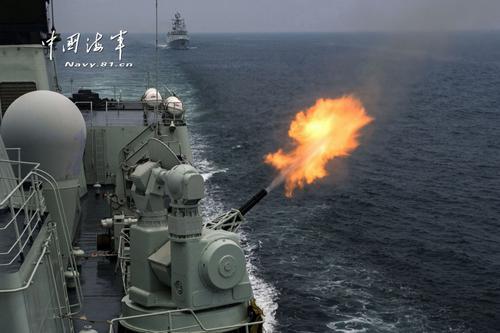 """2013年7月10日,中俄双方进行海上实际使用武器演练,这是""""海上联合—2013""""中俄海上联合军演最后一个演练科目。图为中方舰艇编队对空中目标进行火炮联合抗击。(图片来源:中国军网)"""