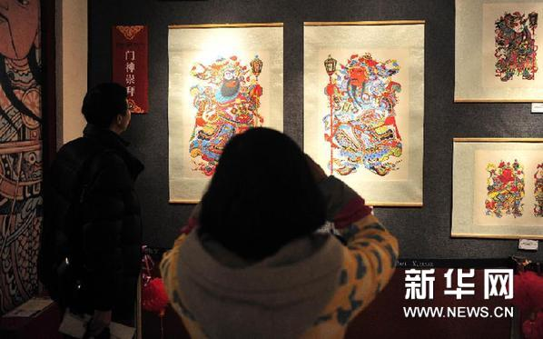 2月7日,拉萨市民在参观展出的年画。新华网图片 刘坤 摄