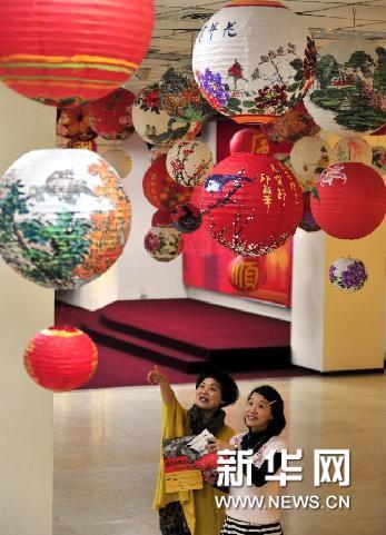 """2月5日,观众在台北市社会教育馆举办的""""万马奔腾庆元宵特展""""上参观。新华网图片 吴景腾 摄"""