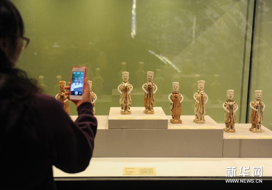 (2)2月24日,观众在首都博物馆观看展览。