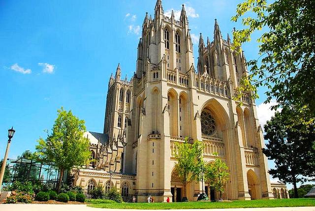 华盛顿国家大教堂,又名圣彼得和圣保罗大教堂,位于华盛顿教区,算是美国这个政教分离的国家里唯一一个正式的国家教堂,也是世界第六大教堂。它是哥特式建筑,比例匀称,神圣庄严,是所有美国人的精神家园。美国总统艾森豪威尔,里根和福特的葬礼都在此举行。在这里做礼拜是免费的,参观教堂的其他部分则需要收费。