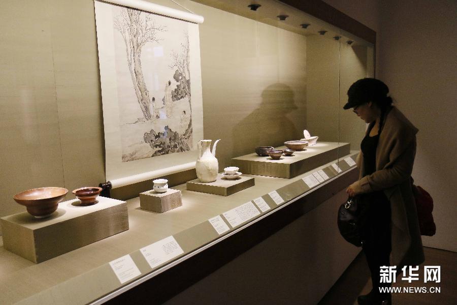 (2)3月4日,参观者在苏州博物馆观赏茶具展品。