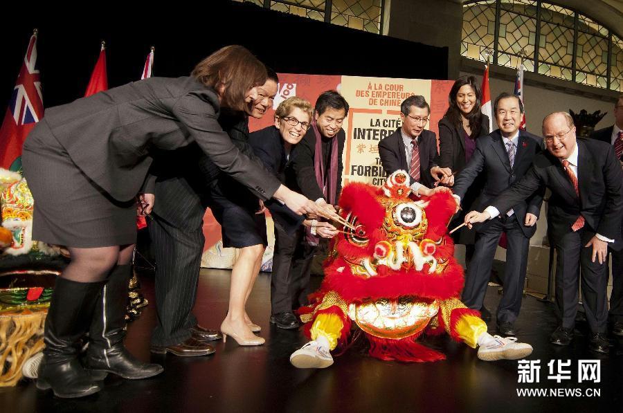(4)3月5日,在加拿大多伦多安大略省皇家博物馆,中国驻加拿大大使章均赛(右二)、安大略省省长凯瑟琳·温(左三)等嘉宾参加媒体日预展庆祝仪式。