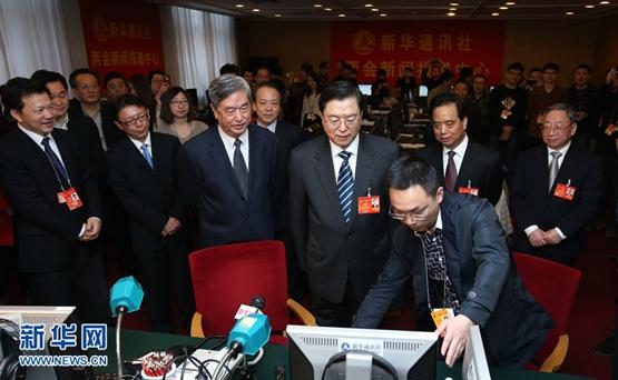 كبير المشرعين الصينيين يزور الصحفيين الذين غطوا الدورة الثانية للمجلس الوطني الثاني عشر لنواب الشعب الصيني