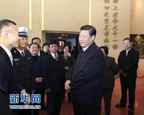 3月17日,习近平在参观焦裕禄同志纪念馆时同焦裕禄亲属和基层模范干部代表亲切交流。新华社记者 丁林 摄