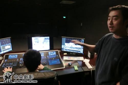 技术人员演示调色系统