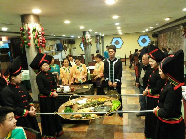 图三、当地的大盘菜为侬垌节增添了不少喜庆  方靖文/摄影