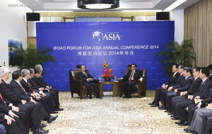 Chinese Premier Li Keqiang (central R) meets with board members of Boao Forum for Asia (BFA) in Boao, south China