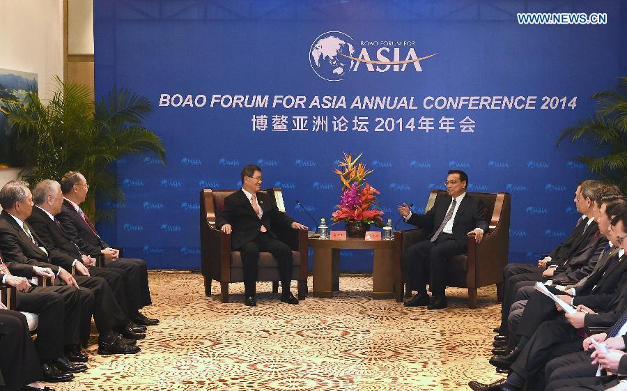 Chinese Premier Li Keqiang (center R) meets with Vincent Siew (center L), honorary chairman of Taiwan-based Cross-Straits Common Market Foundation, in Boao, south China