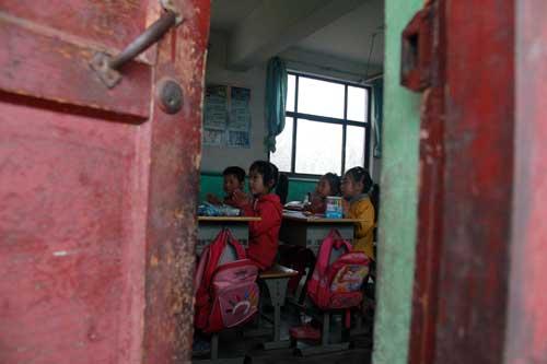 透过门缝看到孩子们正在专注的学习