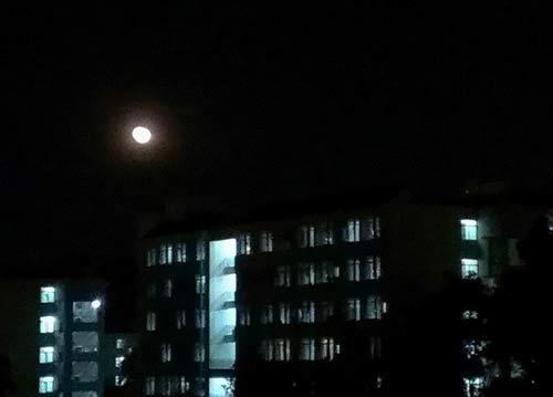 朦胧月光下的昆明学院宿舍楼